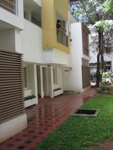 Välkomme! Gå in under gula balkongen så är du framme i mitt lilla mysiga kryp in.